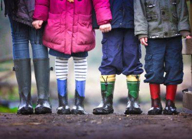 Kinderen met regenlaarzen