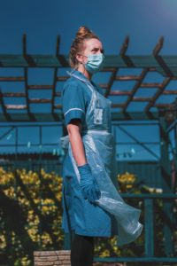 Verpleegkundige met beschermingsmateriaal